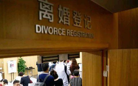 丈夫加班回家想吃烧饼,妻子下楼买,烧饼阿姨一句话,上楼离了婚