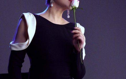 袁立晒露背时尚大片,手持玫瑰尽显优雅,网友:妈妈型的