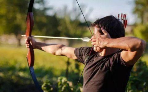 拉弓射箭需要蓄力,那要射准红心还需要什么呢?
