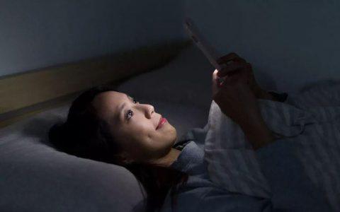 晚上经常用手机追剧会导致高度近视吗?