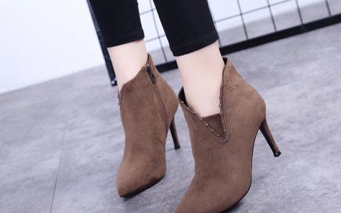 V形鞋口的尖头高跟鞋,保留整体的性感