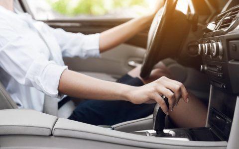 美国电动汽车的销量超过了手动挡汽车