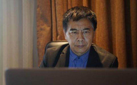 教授黄志生正在使用树洞机器人AI人工智能挽救生命