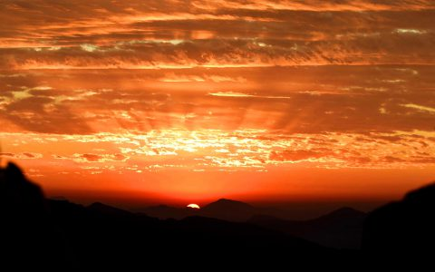 日出喜马拉雅高山之巅