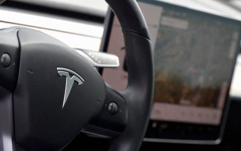特斯拉将开始每月收取10美元的``高级''车内数据费用