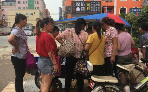 疫情致外贸订单大减,东莞中年女散工抢工做