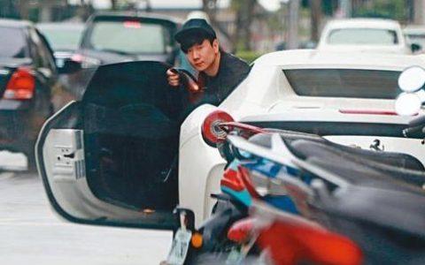 价值478万人民币的白色法拉利违规停放:车主竟是?