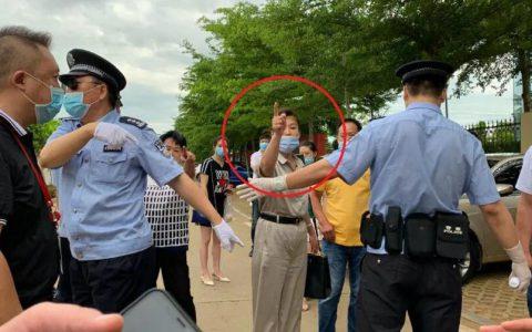 海南高院原副院长张家慧受审,其姐院外殴打举报者被拘