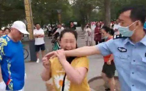 在禁遛狗区遛狗还不牵绳,沈阳女子不听劝咬警员手臂被刑拘