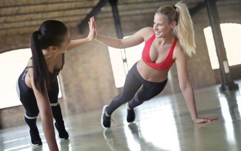 肩关节损伤预防锻炼技术:倒立俯卧撑