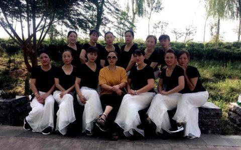 河南卫辉:镇国塔前的姐妹们