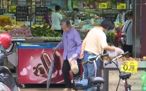 广东一名老妇在超巿偷排骨遭挂牌示众,店主:已偷第三次