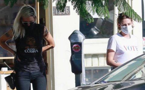克里斯汀·斯图尔特穿白色T恤太酷了,和女友逛街尽显潮流风范!