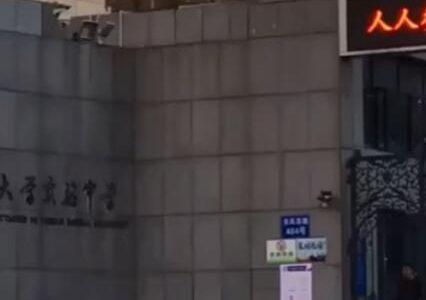云南昆明2021年1月22日下午云南师范大学实验中学前发生一宗挟持人质案件,警方远处一枪爆头救人质