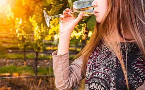 聊聊大部分女孩都喜欢的甜葡萄酒,甜葡萄是加糖酿造的吗?
