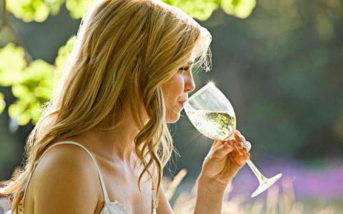 适合年轻时饮用的清爽型白葡萄酒,白葡萄酒分为哪些种类?